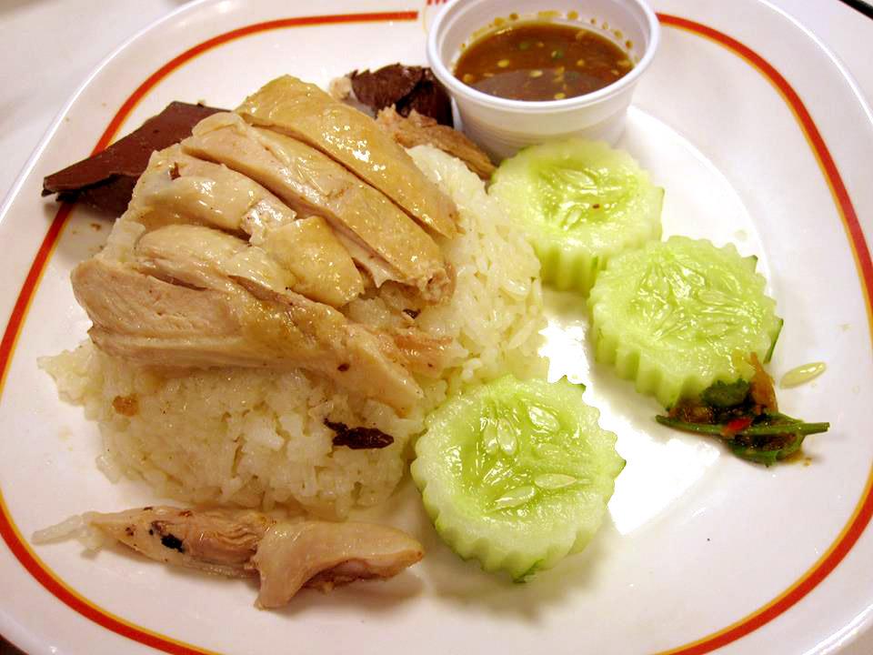 タイの朝ごはんの定番、蒸し鶏ご飯「カオマンガイ」